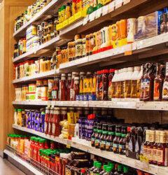 Τοποθέτηση προϊόντων στα ράφια του καταστήματος λιανικής